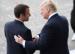 Baisse de la popularité de Macron qui aime la main de Trump
